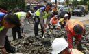 Atasi Kemacetan di Jalan Ryacudu, Sat Lantas Polresta Bandar Lampung Bersama Dinas PU Kota Bandar Lampung Timbun Jalan Berlubang
