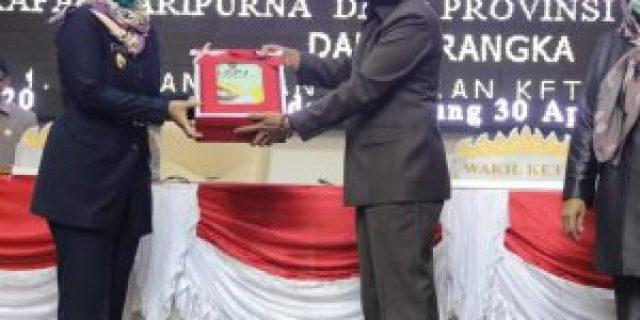 Rapat Paripurna DPRD melalui Video Conference, Wagub Chusnunia Serahkan Dokumen LKPJ Kepala Daerah kepada Ketua DPRD Mingrum Gumay