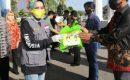 Ketua TP PKK Ibu Riana Sari Arinal Serahkan Bantuan 580 Paket Sembako kepada Anggota Koperasi Mina Jaya