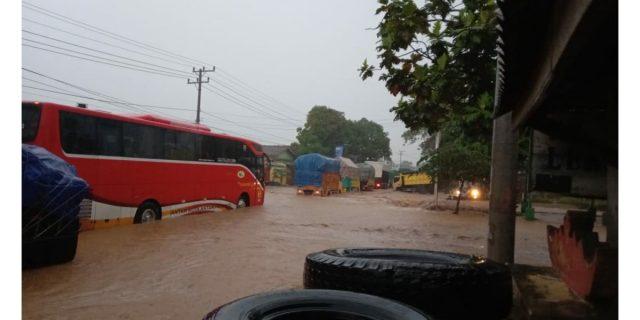 Jalinsum Macet Akibat Banjir