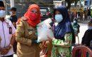 Walikota Eva Dwiana Serahkan Bantuan Beras dari BAZNAS di 5 Kecamatan