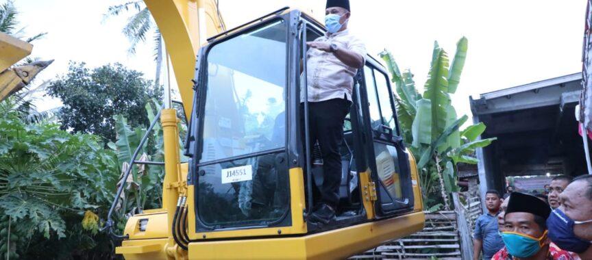 Bupati Nanang Serahkan Bantuan Excavator Kepada Pokdakan Kecamatan Palas Dari DJPB-KKP RI, Ini Pesannya… (Baca)