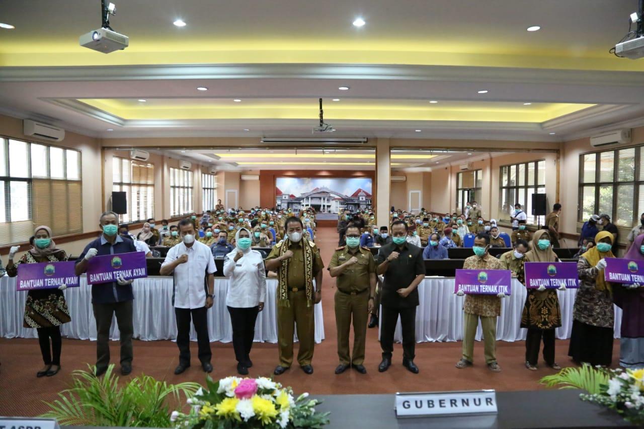 Gubernur Lampung Serahkan Bantuan Puluhan Ribu Ternak Unggas Saat Kunker Ke Lampung Selatan