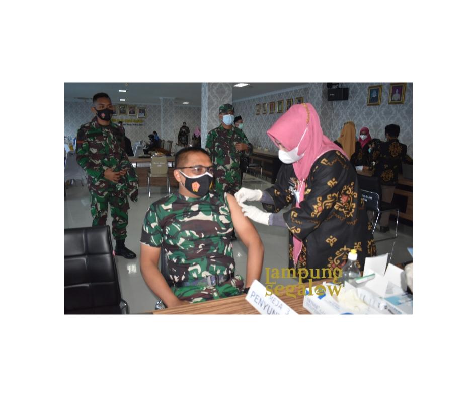 Kasrem 043/Gatam Bersama Forkopimda Provinsi Lampung Laksanakan Vaksinasi Covid-19 Ke-II