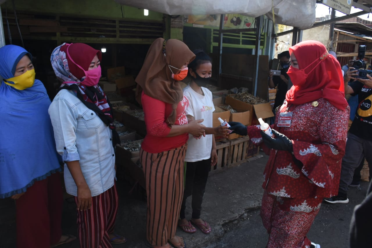 Sosialisasikan Prokes, Walikota Eva Dwiana Bagikan Masker dan Hand Sanitizer ke Pedagang