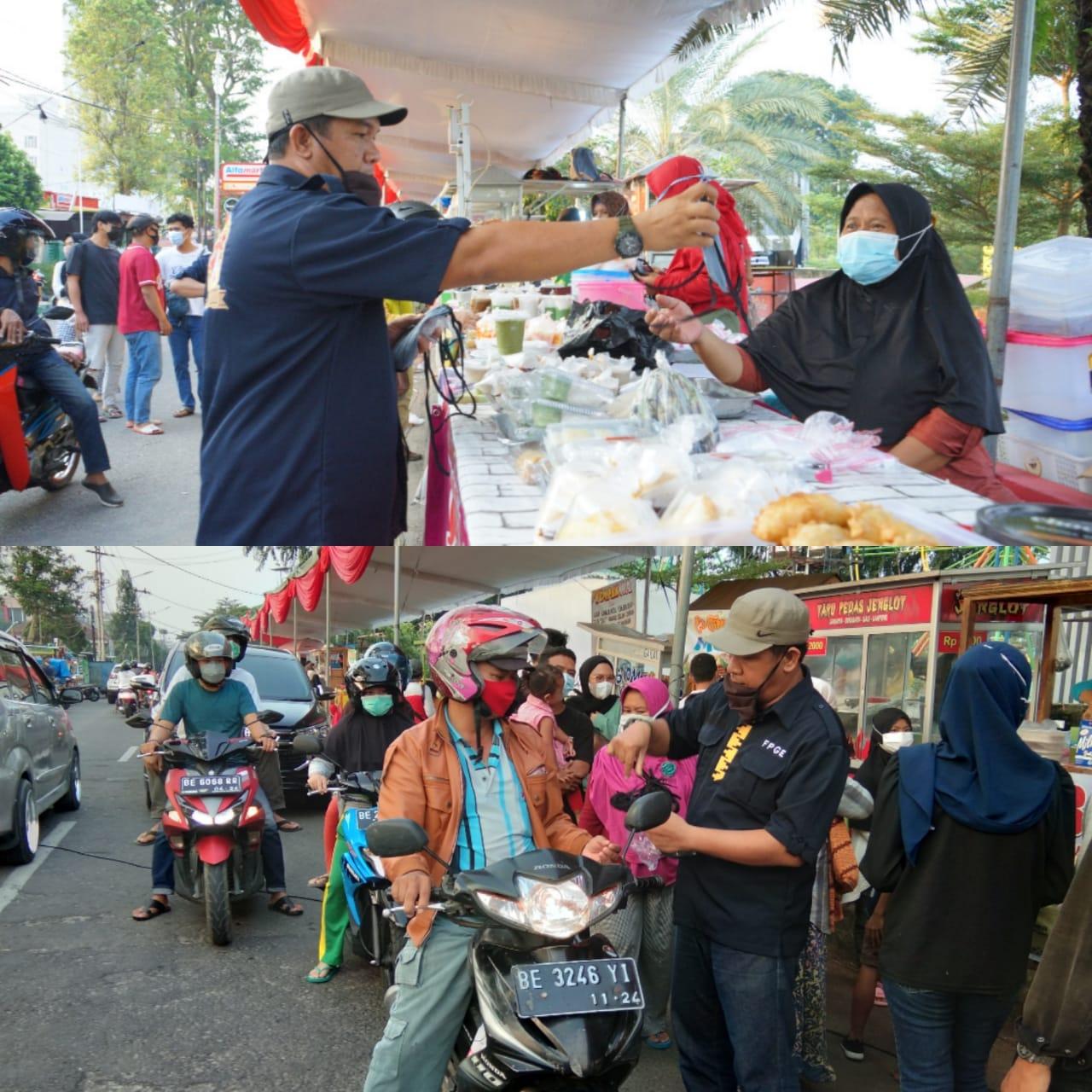 Forum Pemuda Enggal (FPGE) Bagikan Masker dan Sarung Tangan ke Pedagang Ta'jil