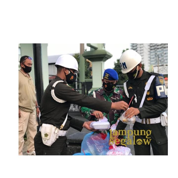 Denpom II/3 Lampung Bagi Takjil ke Masyarakat