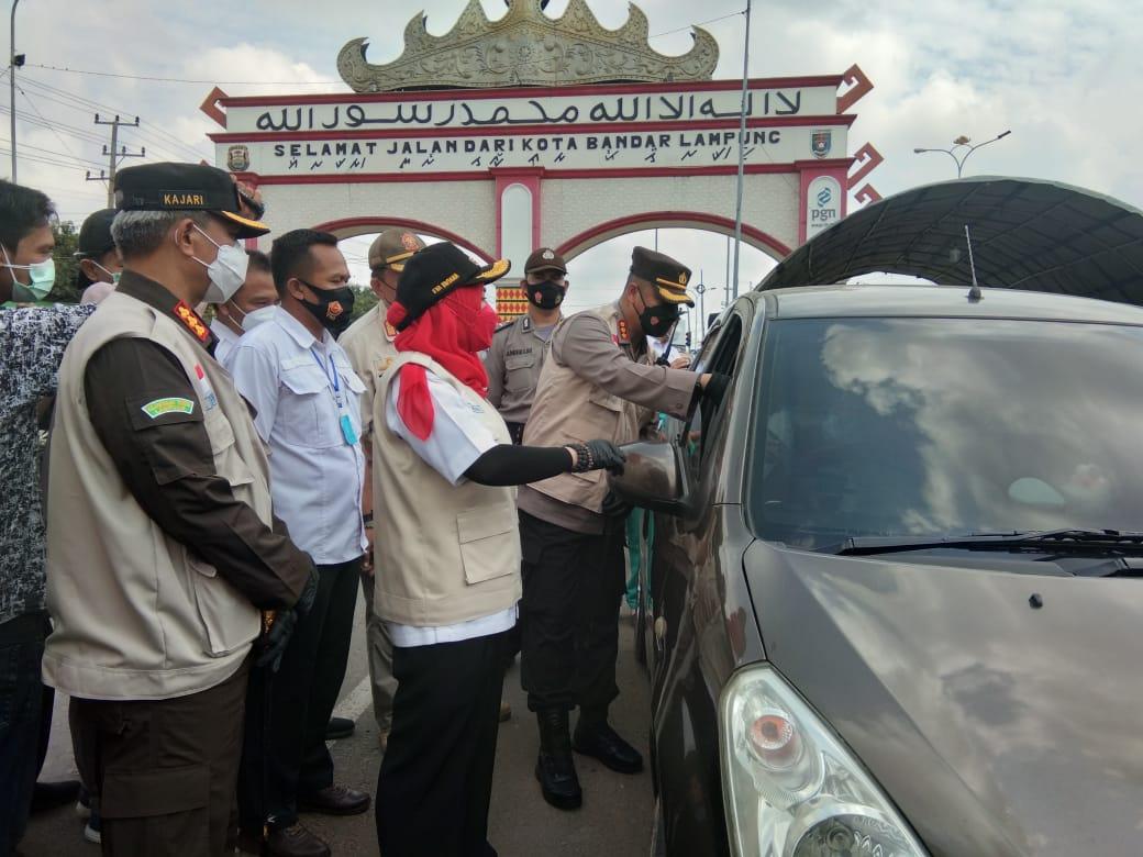 Walikota Eva Dwiana Bersama Forkopimda Tinjau Penegakan Prokes<br>di Perbatasan