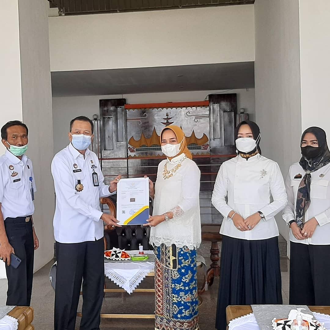 Ketua Dekranasda Riana Sari Arinal Terima Hak Paten Tapis Lampung dari Kemenhumham