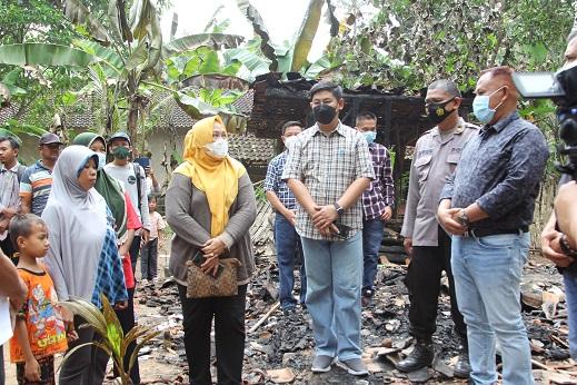 Gerak Cepat, Nanang Ermanto Tilik Korban Kebakaran di Desa Sidomukti Kec. Tanjung Sari